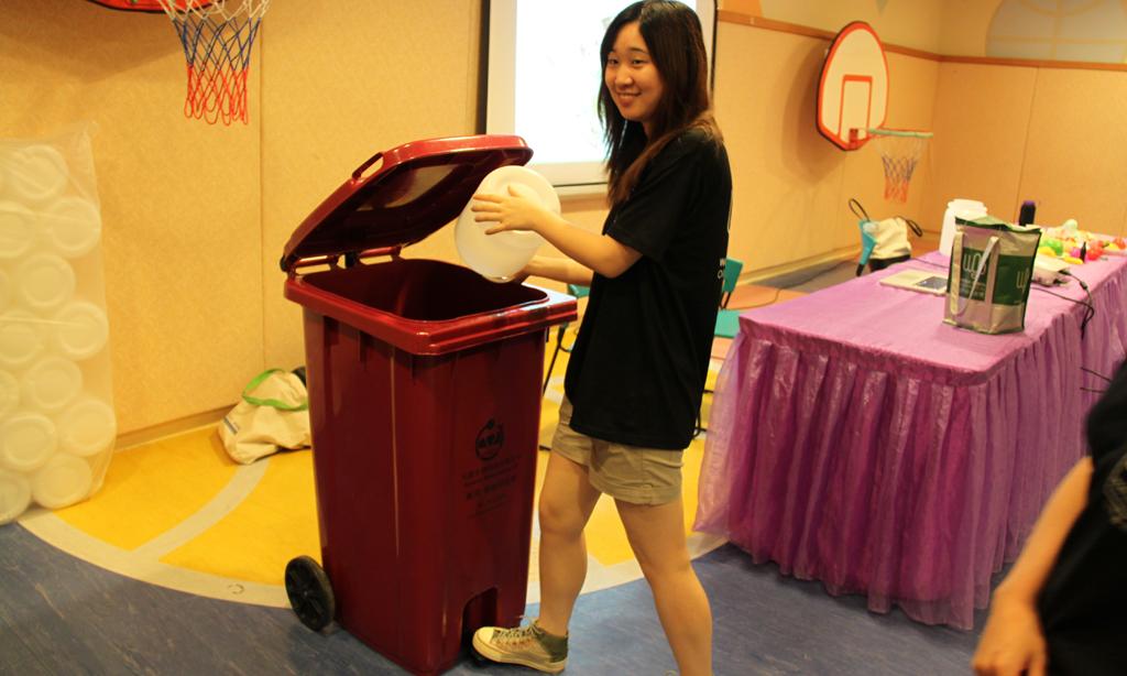 實習同學生動地向住戶介紹廚餘回收過程