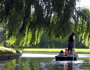 在歷史悠久的康河上泛舟 (Punting)